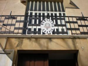 Lo stemma sulla facciata del palazzo municipale drapiese