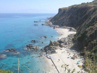 La meravigliosa spiaggia di Capo Cozzo, uno dei simboli di Zambrone (Foto F. Fiamingo)