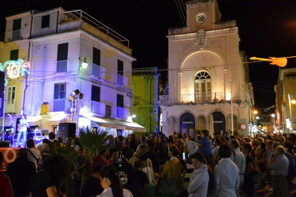 folla in piazza ercole