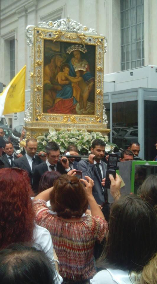 Uscita del quadro dalla sala Nervi in Vaticano ( Foto Stefano Mamone)