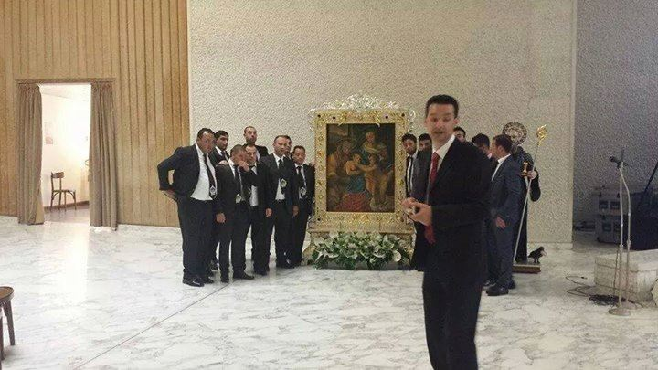 Il Comitato e il quadro di Zungri in Vaticano in attesa dell'Incoronazione (foto comitato)