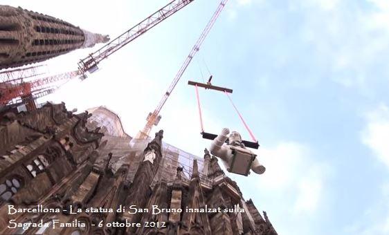 La statua di san Bruno viene issata sulla sagrada familia