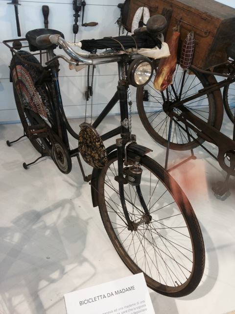 Bicicletta da Madame di casa di tolleranza. Cantù - Museo del Legno Riva 1920