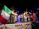 Gruppi folkloristici e al centro Franco Fasano